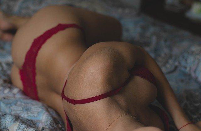 femme nu lit