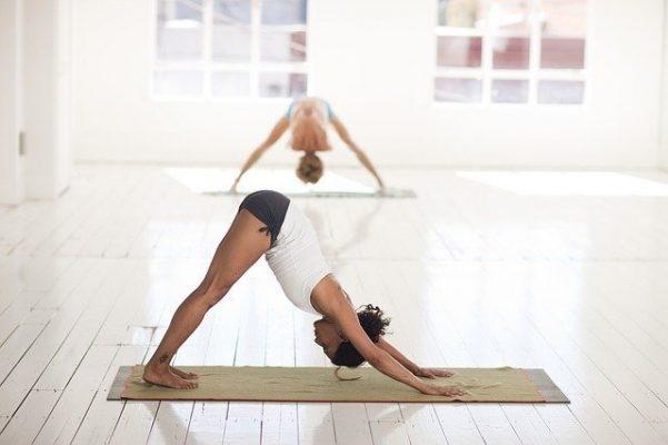 femme étirement yoga