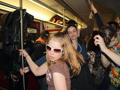 faire la fete dans le metro avec sa bouteille qui fait rire