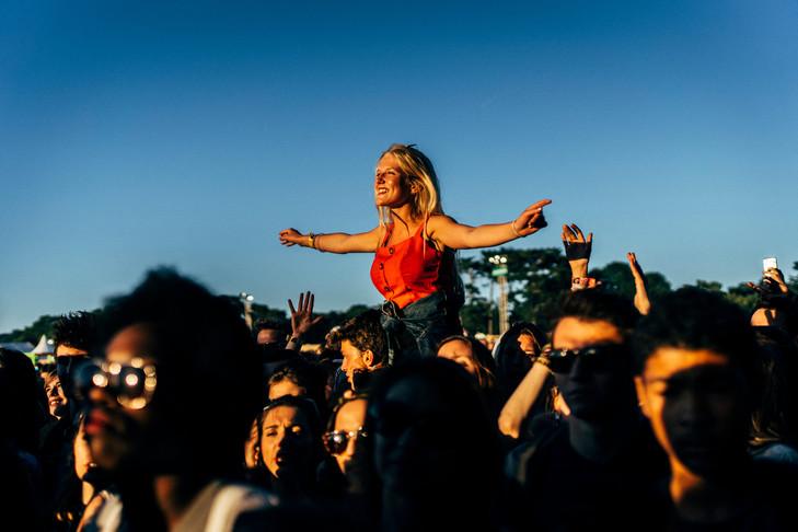 femme qui prend du poppers lors d un festival de musique