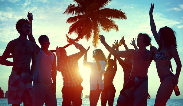 faire une fête sur la plage en prenant un euphorisant légal